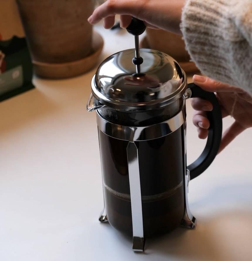 Tryk stemplet ned og nyd kaffen
