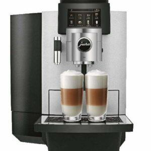 JURA X10 kaffemaskine i sølv og med to kopper latte macchiato